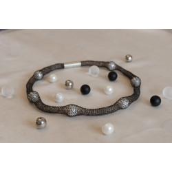 Pearl in black: Weiße Süßwasserperlen in geschwärztem Silber.