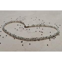Klein, zart, schick - die kurze Silberkette, die mit starken Kontrasten punktet: Black and white eben.